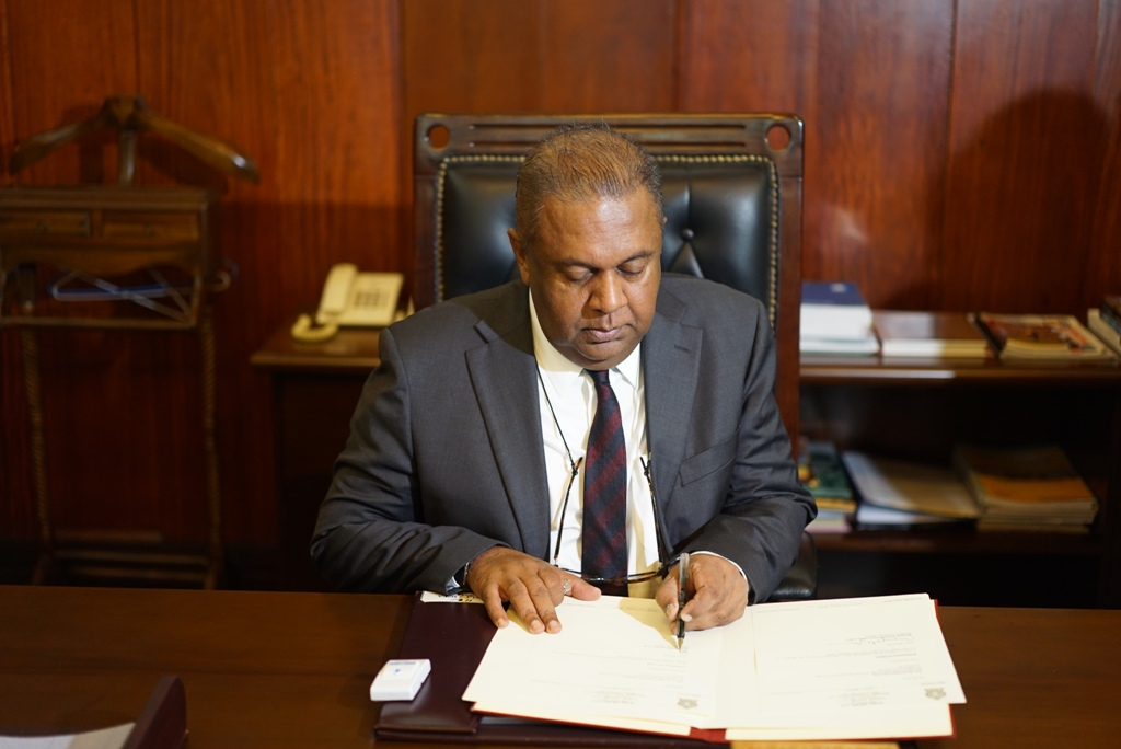Foreign_Minister_Samaraweera_assuming_duties
